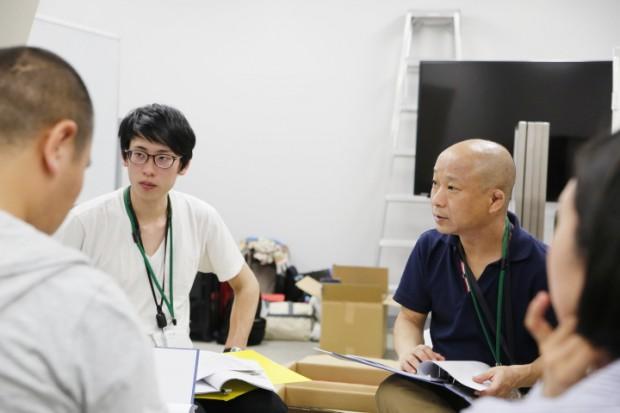 スタッフ打合せ中の有鄰庵オーナー・中村功芳さん(右)