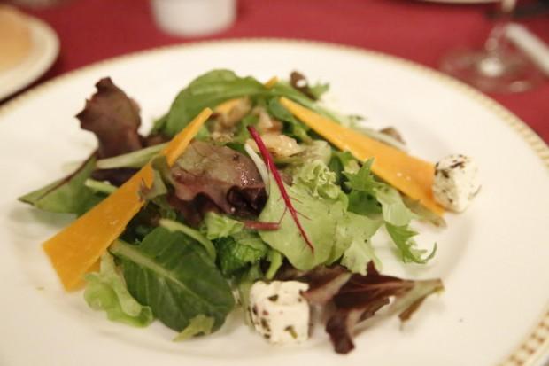有機ベビーリーフとチーズとクルミのサラダ