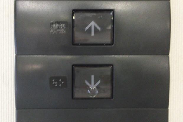 「↓」ボタンにだけシールが貼ってある