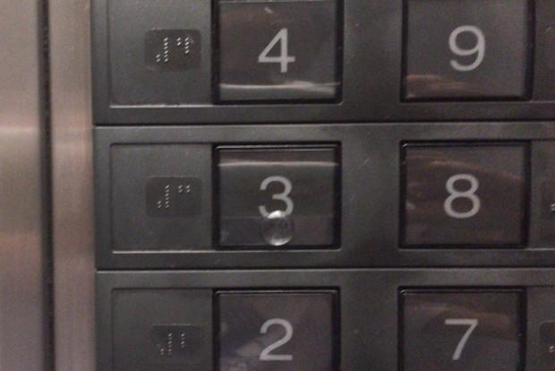 あまきクリニックのエレベーターボタン